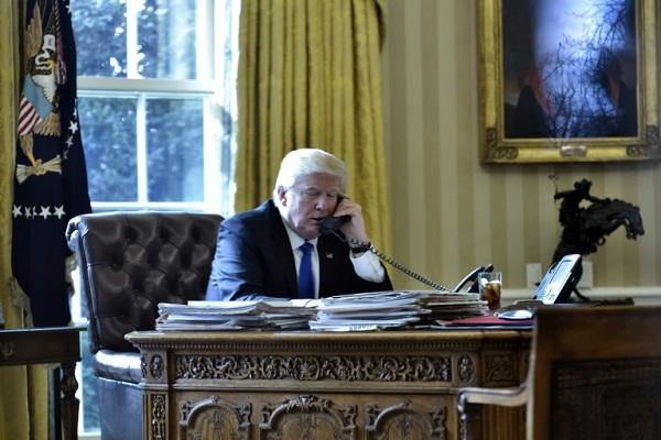 ترامب خلال اجرائه لاتصال هاتفي في البيت الابيض