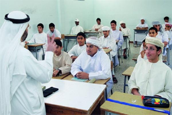 معلم يلقي محاضرة على الطلبة