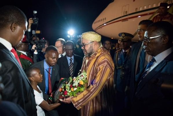 العاهل المغربي لدى وصوله  مساء الأحد الى مطار لوسكا