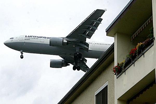 طائرة على علو منخفض في ضواحي فرانكفورت