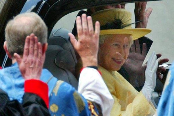 رجال دين يودعون ملكة بريطانيا إليزابيث الثانية أثناء مغادرتها كنيسة وستمنستر