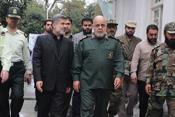 ايرج مسجدي يتوسط مجموعة من قادة الحرس الثوري الايراني