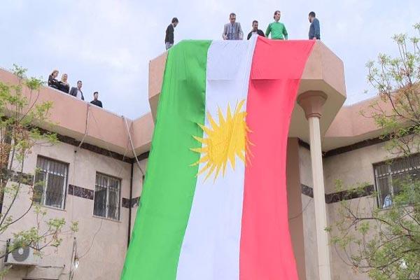 أكراد يرفعون علم كردستان في كركوك
