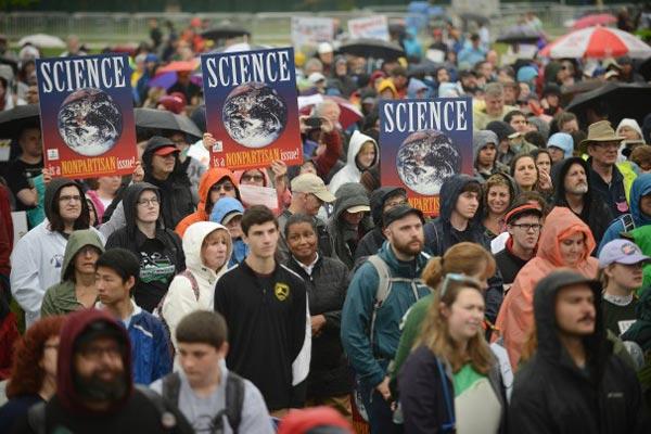 متظاهرون ينصفون العلم: خلاصنا المعرفة