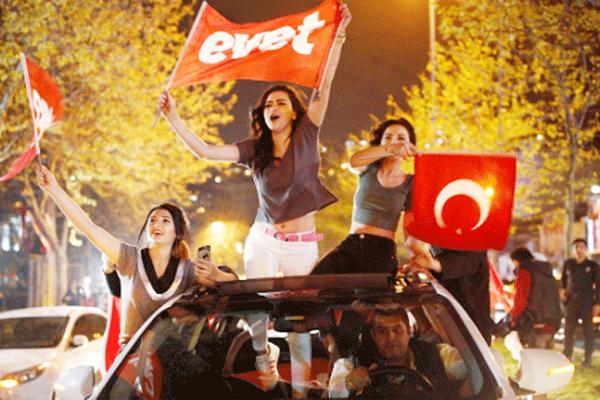 فتيات تركيات يحتفلن بفوز التعديلات الدستورية