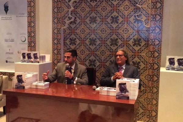 عثمان العمير وفيصل عباس خلال توقيع كتاب