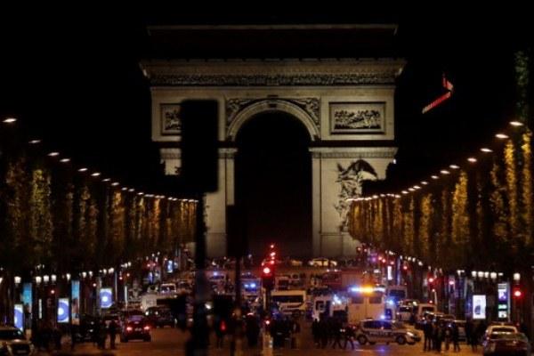 عناصر من الشرطة الفرنسية أمام الشانزيليزيه