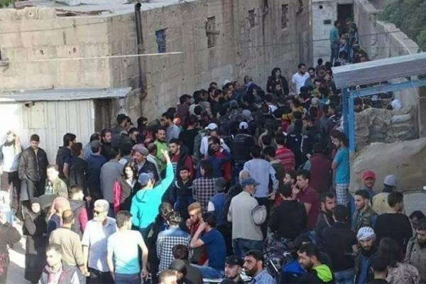 مقاتلون ومعارضون ومدنيون يخرجون من حي برزة في دمشق