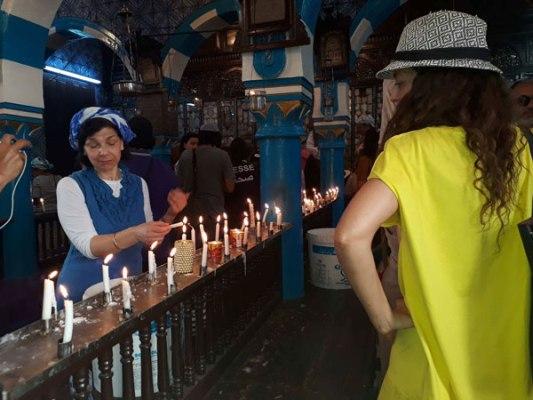 يهود داخل كنيس الغريبة يؤدون طقوسهم