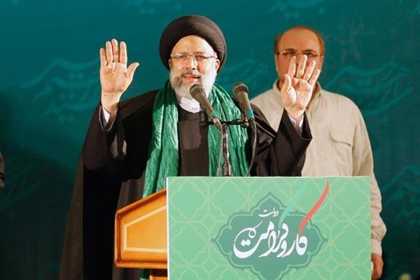 رئيسي أمام أنصار له تجمعوا في قاعة صلاة في طهران