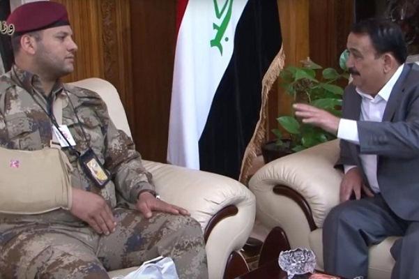 وزير الدفاع العراقي ملتقيا الجندي الضحية