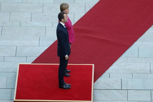 خلال مراسم استقبال ماكرون اليوم في ألمانيا