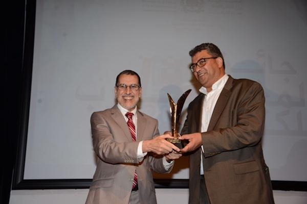 الدكتور سعد الدين العثماني رئيس الحكومة المغربية يسلم الجائزة لمحمد حاتمي