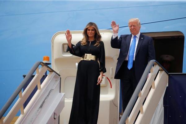 ترمب وزوجته لحظة وصولهما أمس إلى السعودية
