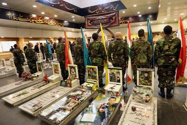 قوات لحزب الله في مقبرة بالضاحية الجنوبية في بيروت