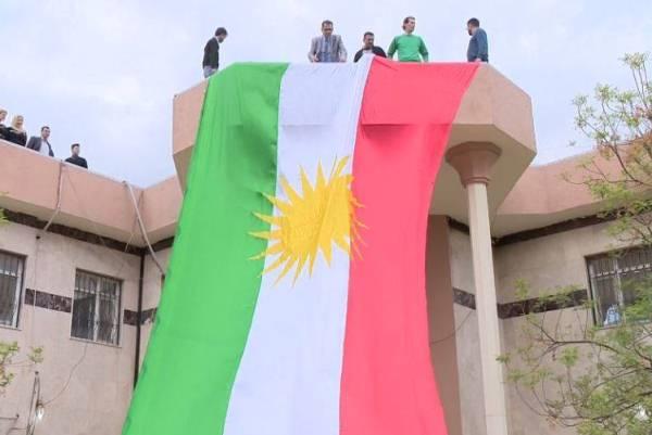 أكراد يرفعون علم اقليم كردستان في كركوك