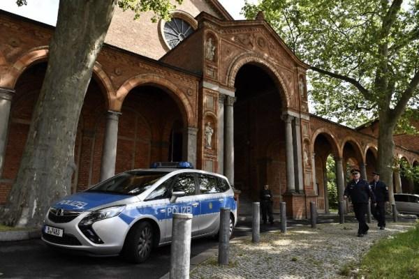 الشرطة الألمانية تحرس الكنيسة التي تضم في طابقها الثالث مبنى مسجد