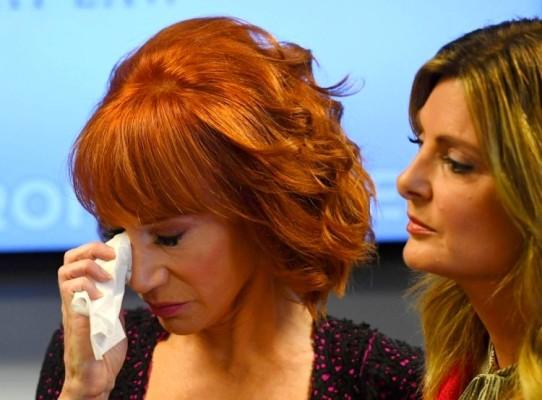 الممثلة كاثي غريفين تعتذر باكية بعد نشرها صورة تحمل فيها رأسًا ملطخًا بالدم يشبه رأس ترمب