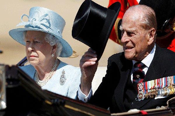 الملكة وزوجها يحييان المواطنين