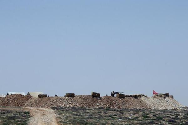 مسلحو حزب الله على أحد تلال جبال عرسال.