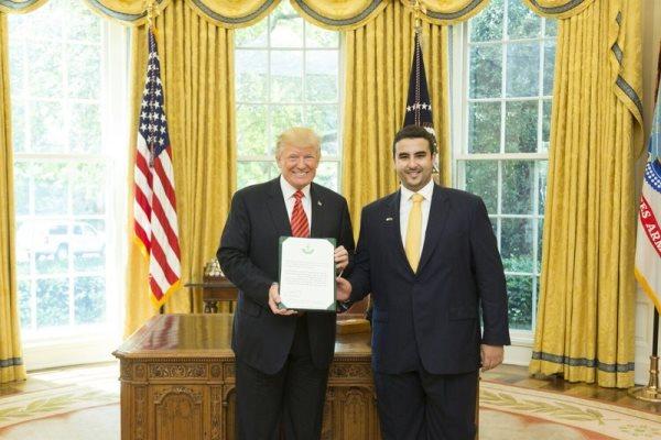 الرئيس الأميركي مستقبلا الأمير خالد بن سلمان في البيت الأبيض