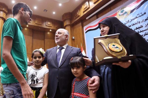 العبادي بين عائلات قتلى الحرب ضد داعش