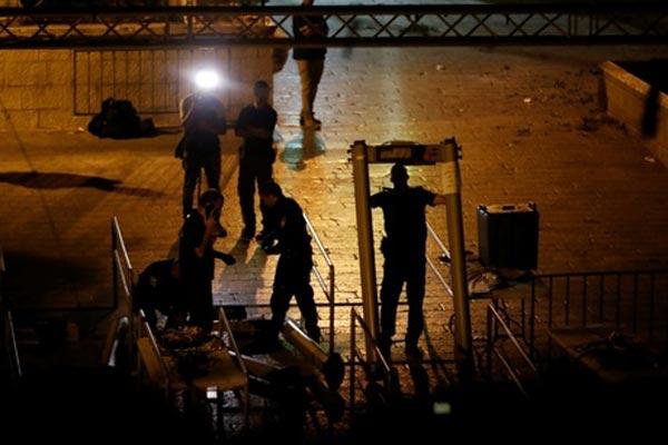 القوات الإسرائيلية أثناء إزالتها البوابات الالكترونية من محيط الحرم القدسي