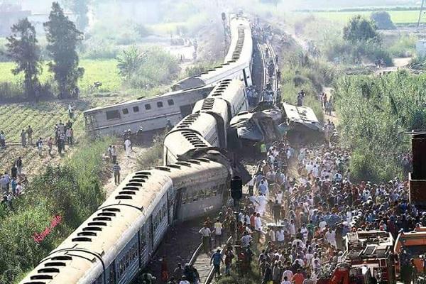 مطالب بإقالة وزير النقل المصري بعد مقتل 41 شخصًا في تصادم قطارين
