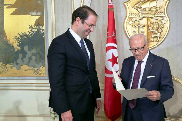 الرئيس التونسي الباجي قايد السبسي مستقبلا رئيس الوزراء يوسف الشاهد