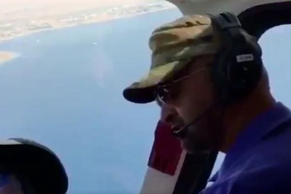 الشيخ محمد بن زايد يقود الطائرة
