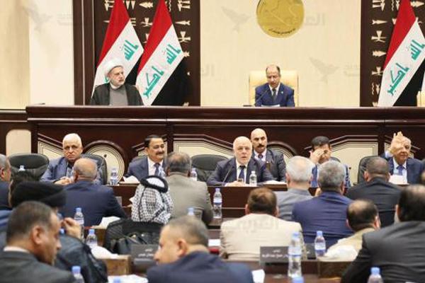 العبادي يحيط به القادة الامنيون في البرلمان لدى مناقشة أزمة استفتاء اقليم كردستان