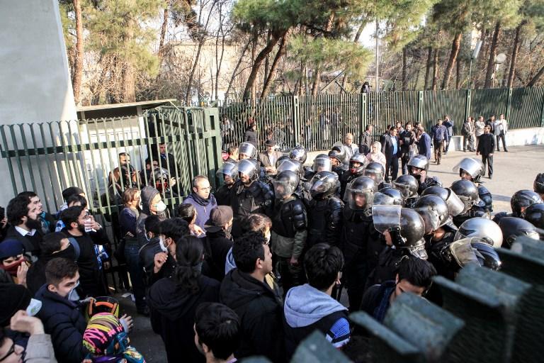 الشرطة الايرانية تحاصر جامعة طهران