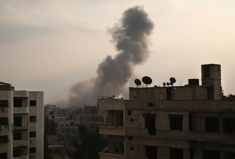 الدخان يتصاعد من أحد أحياء الغوطة الشرقية اثر قصف روسي يوم السبت