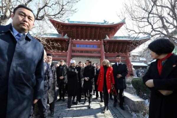 الرئيس الفرنسي إيمانويل ماكرون وزوجته بريجيت خلال زيارتها