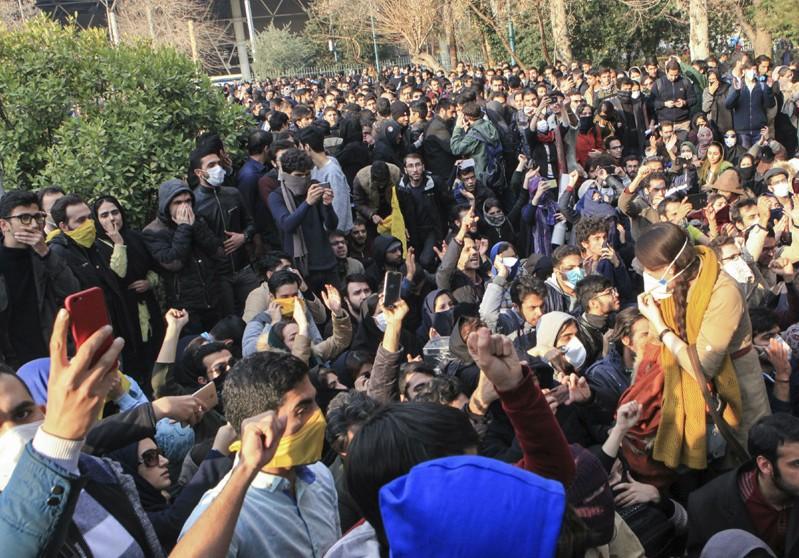 محتجون ايرانيون يتظاهرون ضد النظام