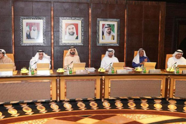 الشيخ محمد بن راشد خلال ترؤسه اجتماع مجلس الوزراء بقصر الرئاسة في أبوظبي