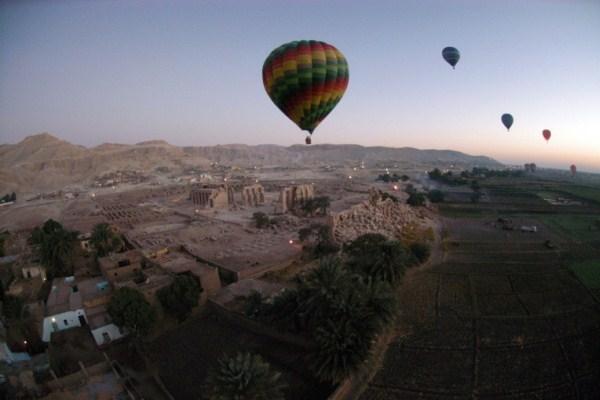مصر: تحطم منطاد ينقل سياحا بالقرب من الاقصر