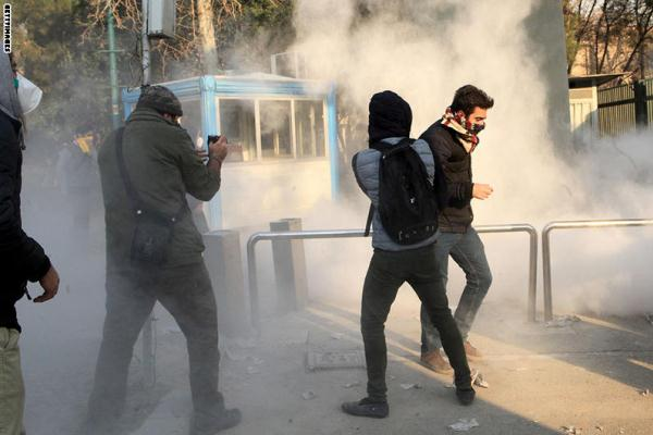 مواجهات في طهران بين المحتجين وقوات الامن