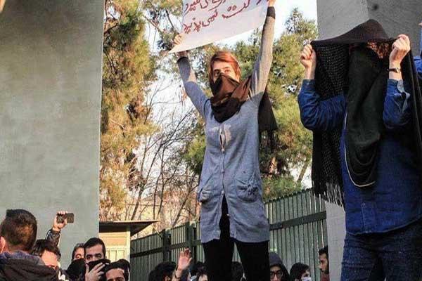 متظاهرة إيرانية طفح بها الكيل