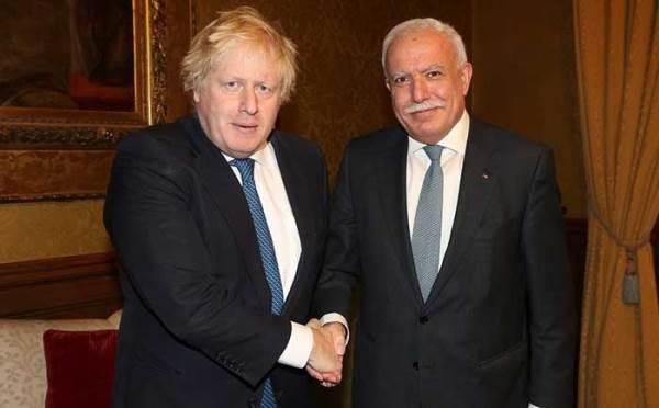 جونسون يصافح الوزير الفلسطيني المالكي