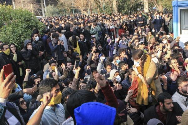 محتجون إيرانيون يتظاهرون ضد النظام