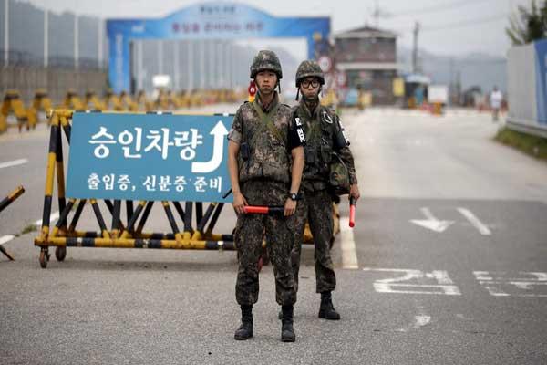 جنود يحمون الحدود بين الكوريتين