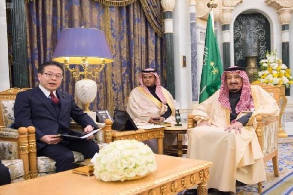 العاهل السعودي الملك سلمان خلال استقباله وزير الاقتصاد الياباني هيروشيغي سيكو