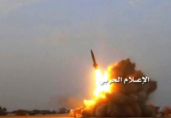 لحظة اطلاق صاروخ باليستي حوثي على مناطق آهلة بالمدنيين - أرشيفية