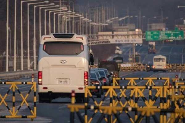 الوفد الكوري الجنوبي يعبر نقطة تفتيش فوق جسر تونجيل في طريقه إلى المنطقة المنزوعة السلاح بين الكوريتين لإجراء محادثات مع مسؤولين شماليين
