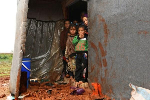 أطفال سوريون نازحون من جنوب ادلب