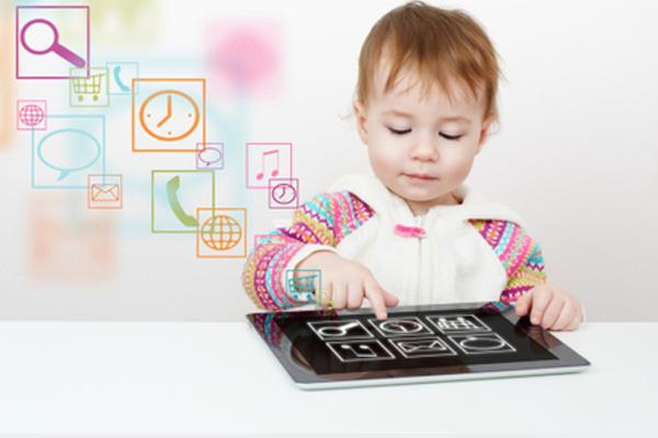 أطفال مدمنون على الأجهزة الإلكترونية