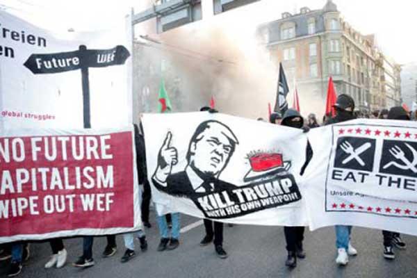 مشاركون السبت في تظاهرة برن ضد مشاركة ترمب في منتدى دافوس