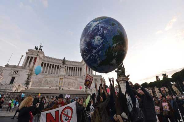 متظاهرون ضد مؤتمر المناخ في باريس