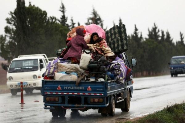 نازحون من قرية في محافظة إدلب في شمال غرب سوريا